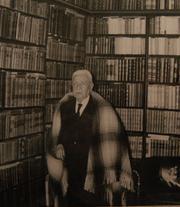 Roberto Hernández en sus últimos años de vida, junto a parte de su Biblioteca hoy custodiada por la Universidad de Tarapacá