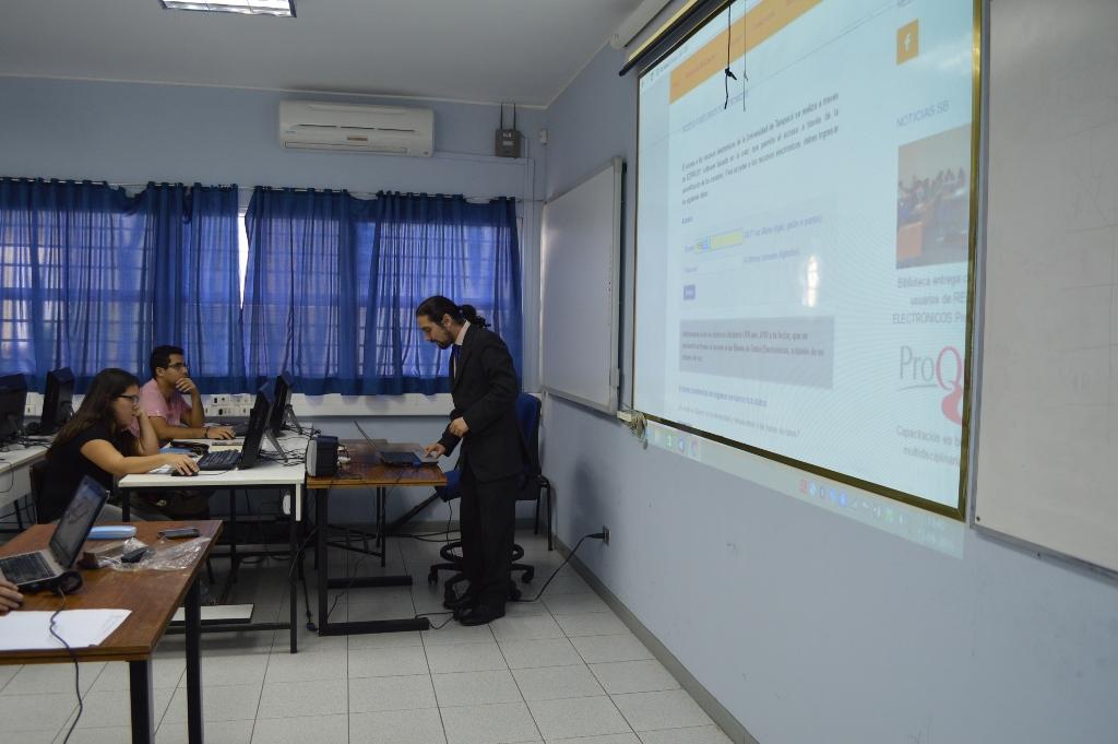 Biblioteca capacitó a estudiantes de Ingeniería Industrial en uso de bases de datos